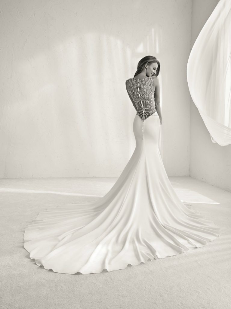 Essential tips on choosing your wedding dress. Photo by Pronovias.