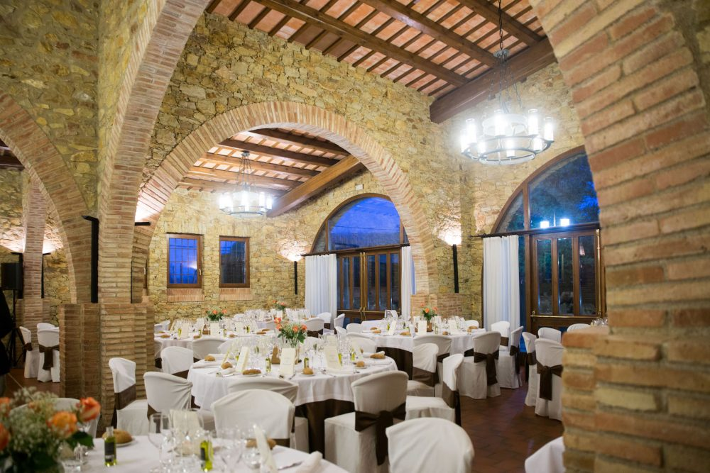 How to make a wedding seating chart without stressing out. Photo by Restaurant Sala Gran.