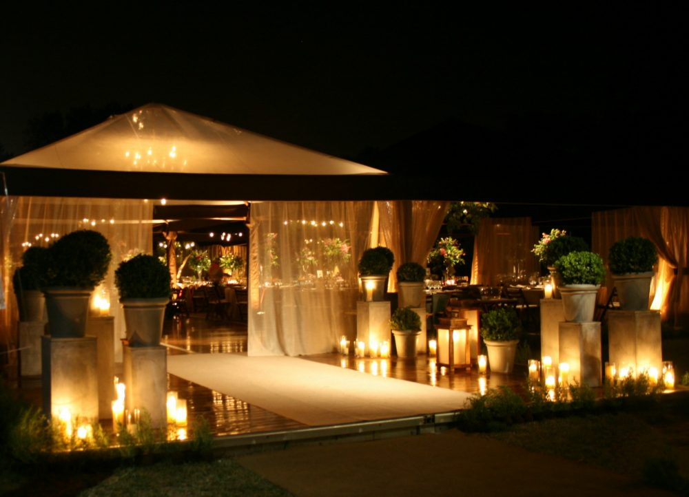 What you need to know about throwing an outdoor wedding. Photo by Actuality Carpas