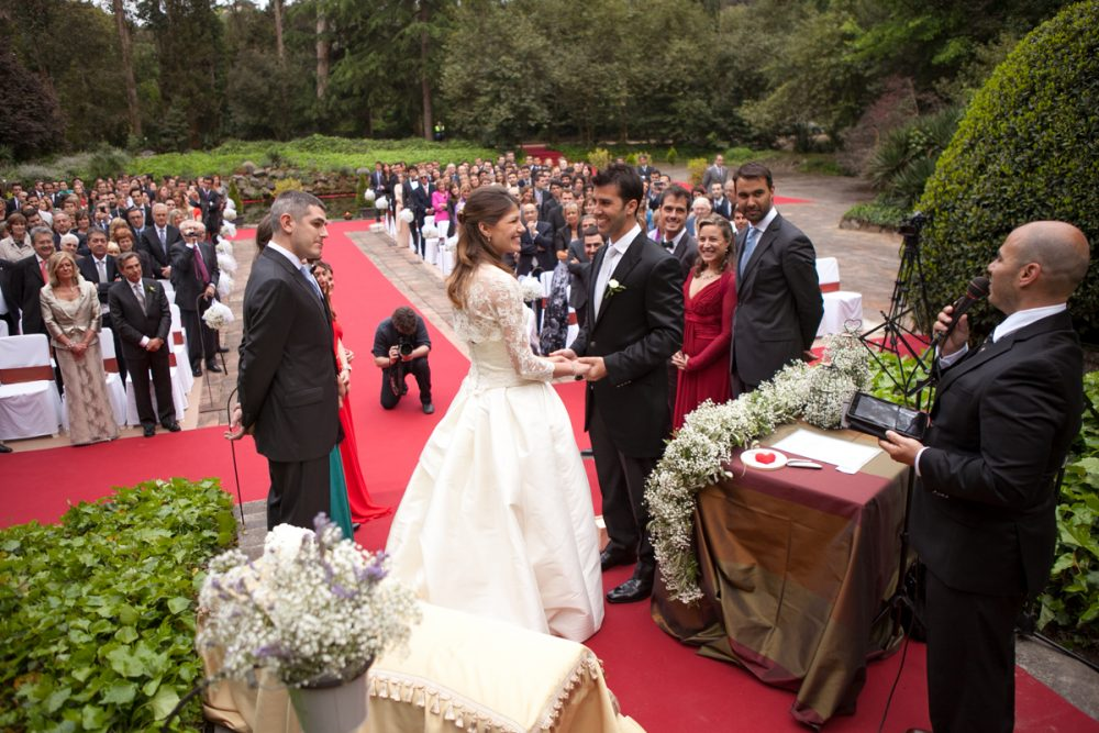 6 Alternatives to the traditional wedding guest book. Photo by Jose MC Officiant