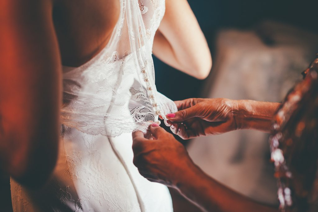 The pros and cons of getting ready in the wedding suite. Photo by Jordi Tudela